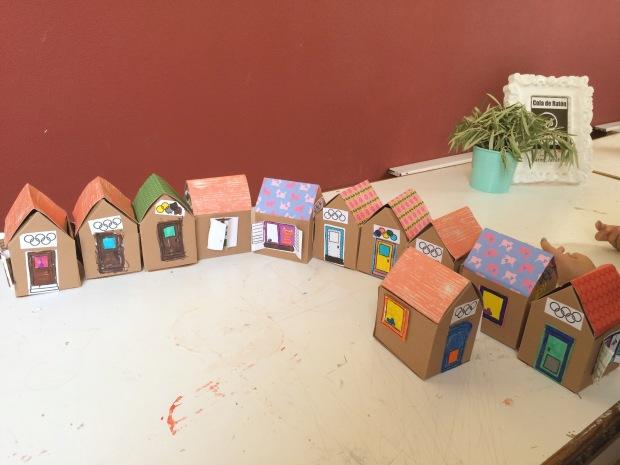 Casitas de juguetes hechas 100% en cartón por los peques de Estiuxic